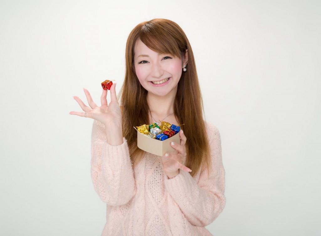 チョコレートを手に微笑む女性