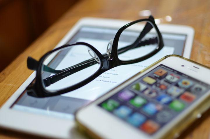 ipadとiphone、メガネの写真