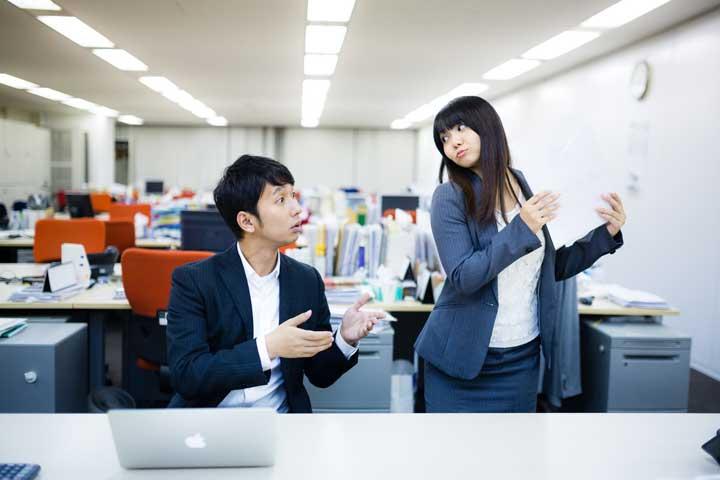 オフィス内の男性と女性