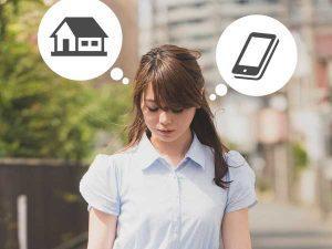 家賃と携帯代を気にする女性