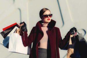 20代女性、ストレスから買い物を重ねて120万円の借金